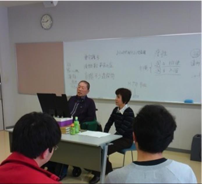 写真3)詩画家:阿部俊明さんの特別講義を聴く(1年生)