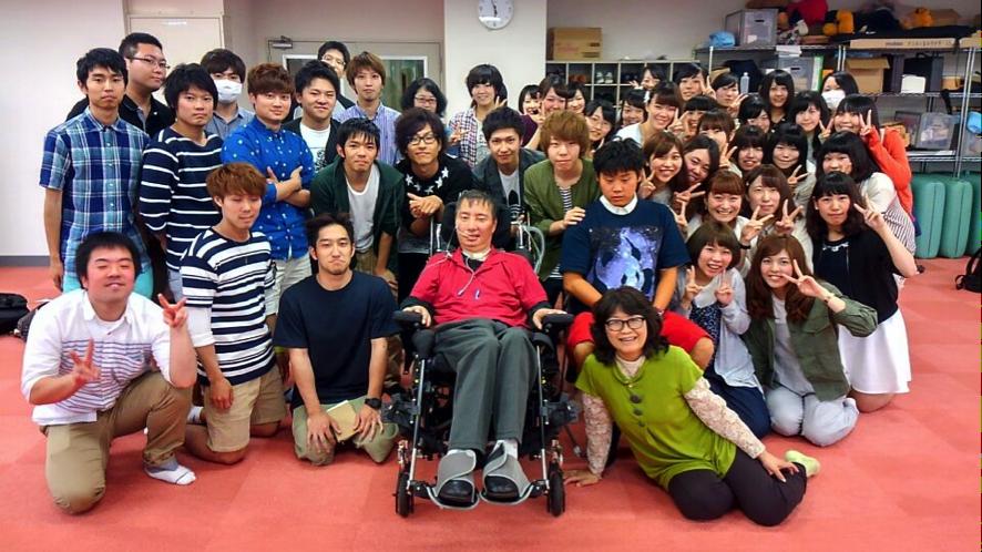 写真1)日本ALS協会北海道支部長 深瀬和文氏とともに(3年生)